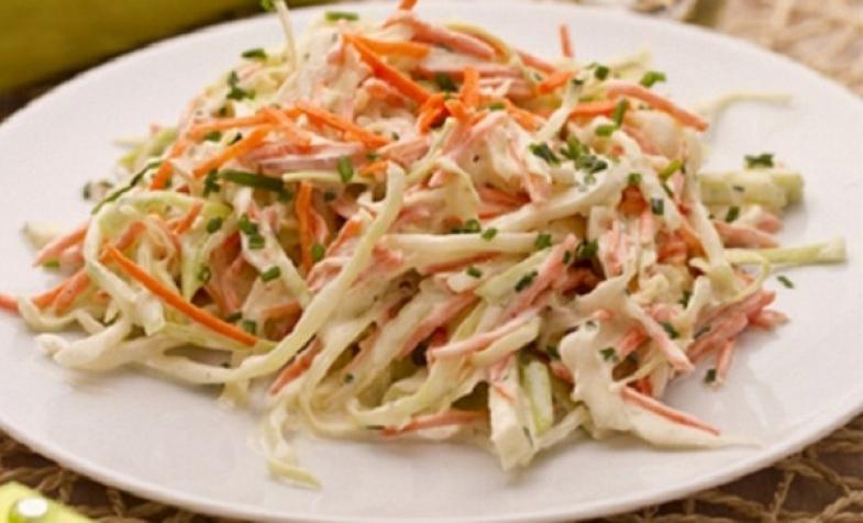 Món salad bắp cải cà rốt với dầu ôliu thật hấp dẫn