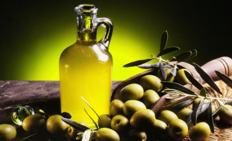 Dưỡng da mặt bằng dầu oliu đơn giản hiệu quả